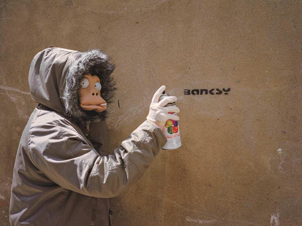 ≪モンキー・マスクのバンクシー≫ © Photographed by James Pfaff (2003) 個人蔵
