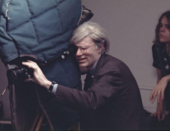 映画「Women in Revolt」を撮影する際、カラトラバを着用したウォーホル