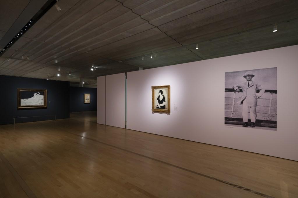 「ポーラ美術館」での展示の様子。左奥が新収蔵作品《ベッドの上の裸婦と犬》