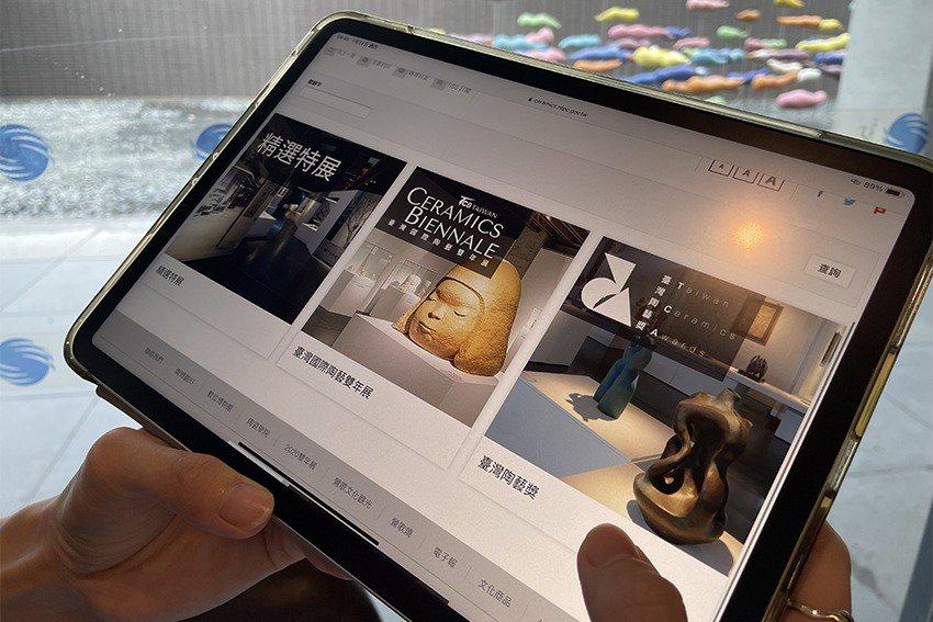 デジタル陶芸美術館の様子。奈良美智の陶芸作品がiPadに映し出されている。 画像引用:https://www.epochtimes.com/
