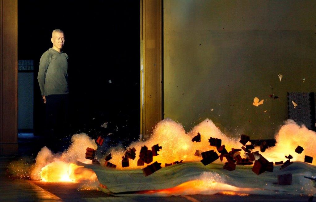 蔡國強の作品である火薬絵画の爆破の瞬間の写真