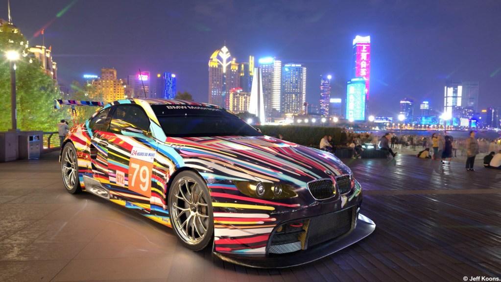 ジェフクーンズの手がけたアートカー。カラフルなストライプが描かれている。