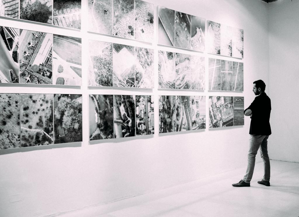 アート作品を見る男性