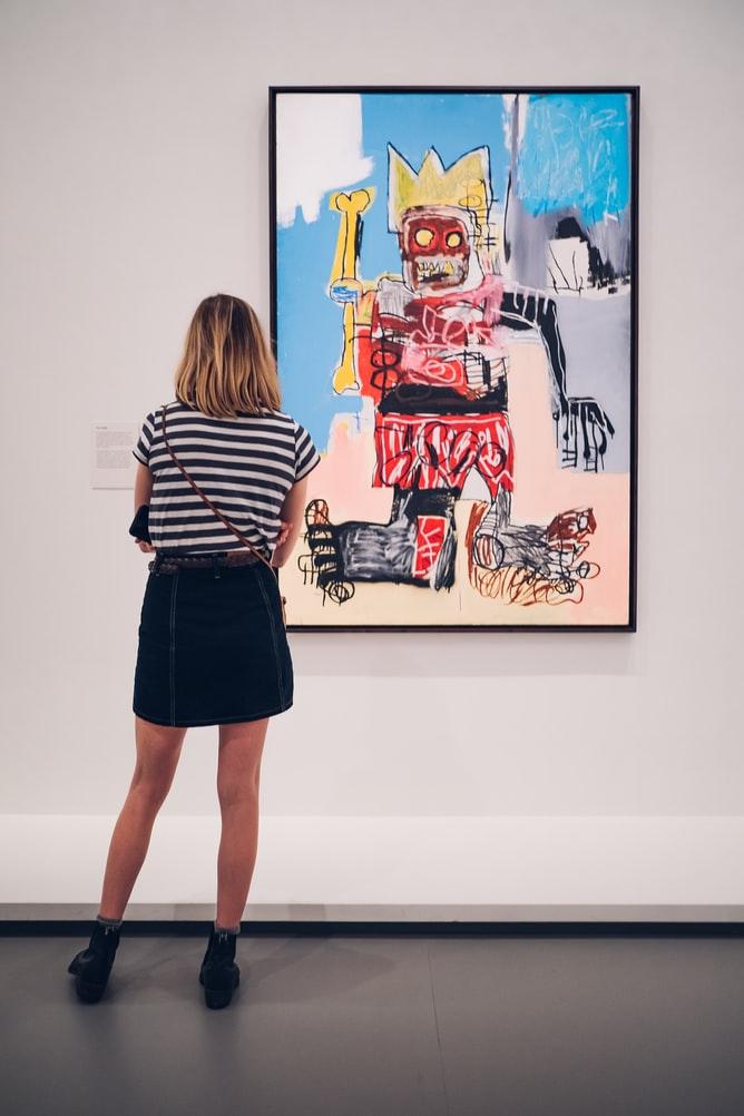 現代アート作品を見る女性