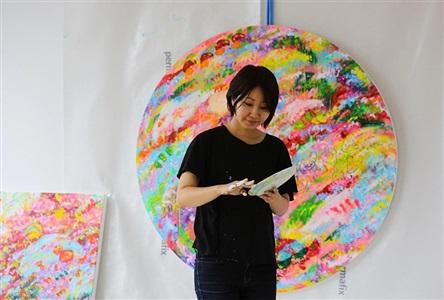 日本の現代美術家・ロッカクアヤコの肖像
