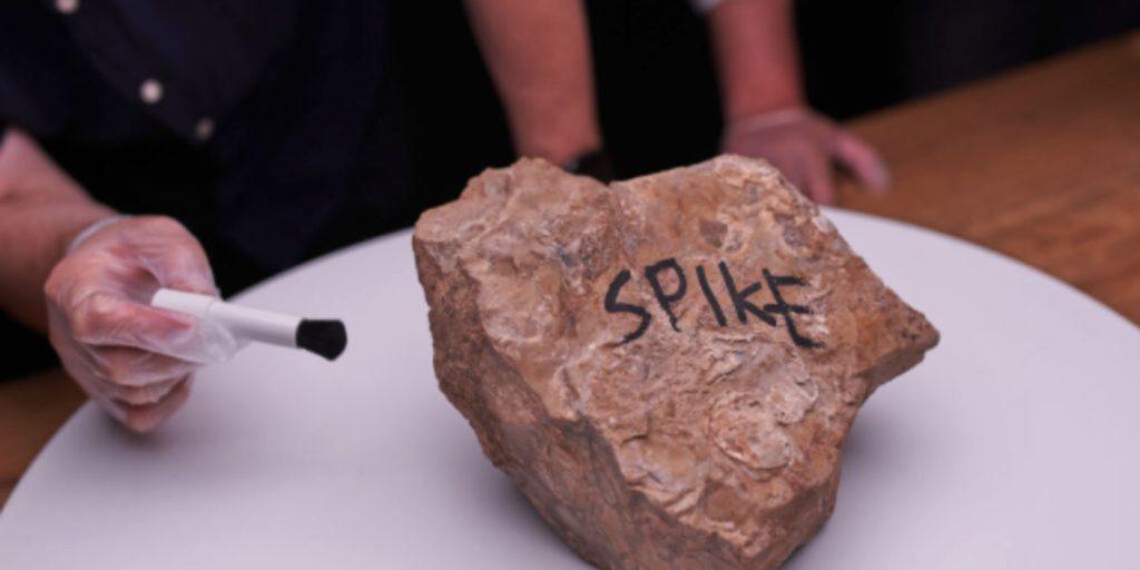 バンクシーの≪SPIKE≫の外観。石のブロックに「SPIKE」という文字が書かれている。